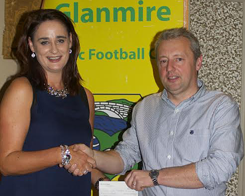 . Susan Farrelly presenting cheque for €500 for set of jerseys on behalf of DPS Engineering to Michael Hannon , Glanmire Ladies Football Club at recent awards night in Vienna Woods.
